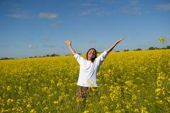 Frau auf dem Canola Gebiet Lizenzfreie Stockfotos