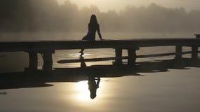 Frau auf dem Dock im Nebel stock video