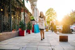 Frau auf dem Einkaufen Stockfotos