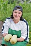 Frau auf dem Feld mit Zucchini Lizenzfreies Stockfoto
