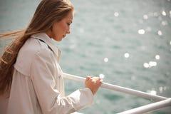 Frau auf dem Fluss Lizenzfreie Stockfotos