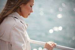 Frau auf dem Fluss Stockbild