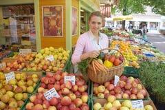 Frau auf dem Fruchtmarkt lizenzfreie stockbilder