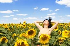 Frau auf dem Gebiet der Sonnenblumen Stockfotos