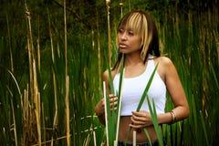 Frau auf dem Gebiet des hohen Grases lizenzfreie stockfotografie