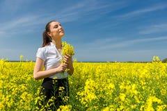 Frau auf dem gelben Blumengebiet Lizenzfreie Stockbilder