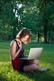 Frau auf dem Gras mit Notizbuch Lizenzfreies Stockbild