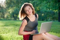 Frau auf dem Gras mit Notizbuch Lizenzfreie Stockfotos