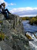 Frau auf dem Grau schaukelt nahe dem Wasserfall Stockbilder