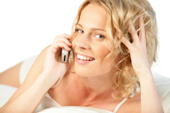 Frau auf dem Handylächeln Stockbild