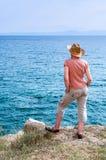 Frau auf dem Hügel nahe dem Meer Stockbild