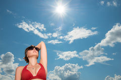 Frau auf dem Hintergrund der Sonne und des Himmels stockfoto