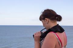 Frau auf dem Horizont des Meeres Stockbild