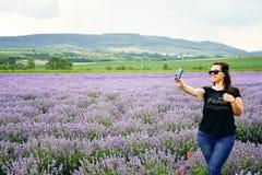 Frau auf dem Lavendelgebiet lizenzfreie stockfotos