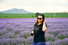 Frau auf dem Lavendelgebiet lizenzfreie stockfotografie