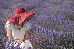 Frau auf dem Lavendelgebiet Lizenzfreies Stockfoto