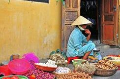 Frau auf dem Lebensmittelmarkt in Hoi An, Vietnam Lizenzfreies Stockbild