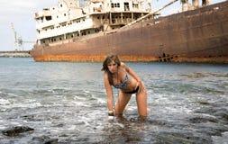 Frau auf dem Meer stockbild