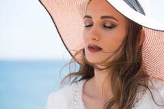 Frau auf dem Meer mit Sonnenhut Stockfotografie
