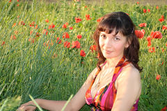 Frau auf dem Mohnblumegebiet Stockfoto