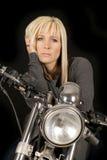 Frau auf dem Motorradhandhaar ernst stockfotos