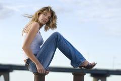 Frau auf dem Pier Lizenzfreie Stockfotografie
