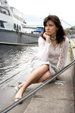 Frau auf dem Pier Lizenzfreies Stockbild