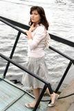 Frau auf dem Pier Lizenzfreie Stockfotos