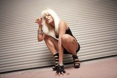 Frau auf dem Prowl Lizenzfreie Stockbilder