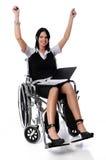 Frau auf dem Rollstuhl, der Sieg ausdrückt Stockbild