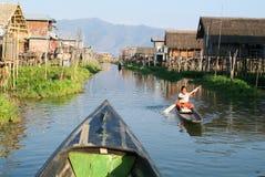 Frau auf dem Rudern eines Bootes am Dorf von Maing Thauk lizenzfreie stockbilder