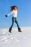 Frau auf dem Schneefeld Lizenzfreie Stockfotografie