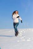 Frau auf dem Schneefeld Stockfotos