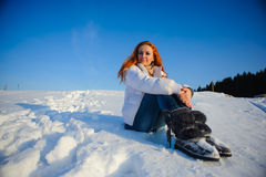Frau auf dem Schneefeld Stockbilder