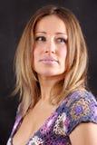 Frau auf dem schwarzen Hintergrund Stockfoto