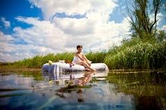 Frau auf dem See stockbild