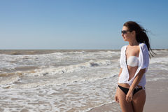 Frau auf dem Seeufer Stockfotos