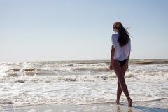 Frau auf dem Seeufer Stockbilder
