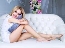 Frau auf dem Sofa Stockfotografie