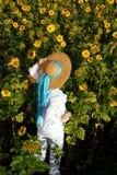 Frau auf dem Sonnenblumegebiet Lizenzfreie Stockfotos