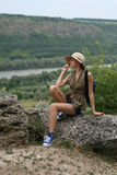 Frau auf dem Stein Stockfotografie