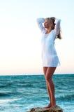 Frau auf dem Stein im Meer Lizenzfreie Stockfotografie