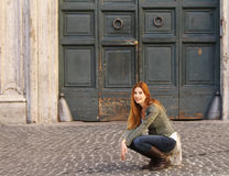 Frau auf dem Straßensitzen Lizenzfreie Stockbilder