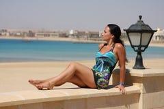 Frau auf dem Strand lizenzfreies stockbild