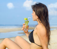 Frau auf dem Strand lizenzfreies stockfoto