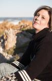Frau auf dem Strand Stockbilder