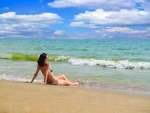 Frau auf dem Strand. Stockfotografie