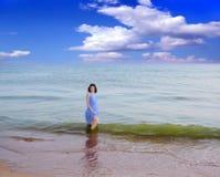 Frau auf dem Strand. stockfotos
