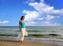 Frau auf dem Strand. lizenzfreie stockfotografie