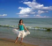 Frau auf dem Strand. lizenzfreies stockbild